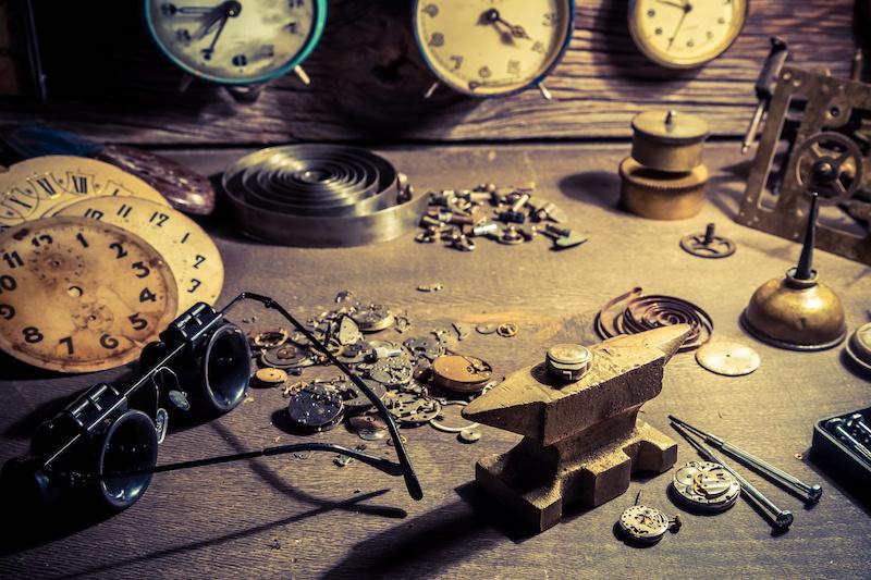Hier sehen Sie eine Uhrenwerkstatt